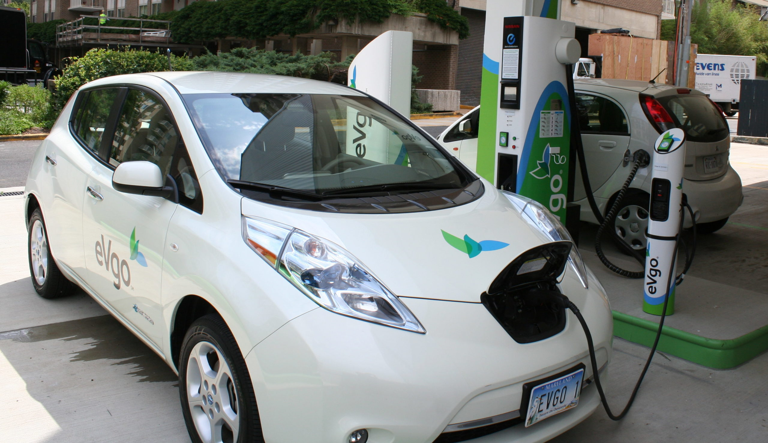 Photo of Nissan Leaf and Mitsubishi i-MiEV at an EVgo Freedom Station.